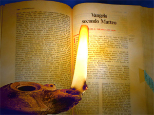 vangelo Matteo con lucerna medio renderizzata