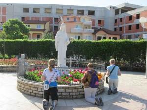 statua chiesa preghiera