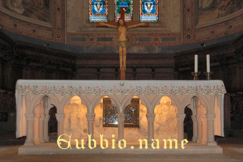 Cattedrale altare con reliquie a Gubbio