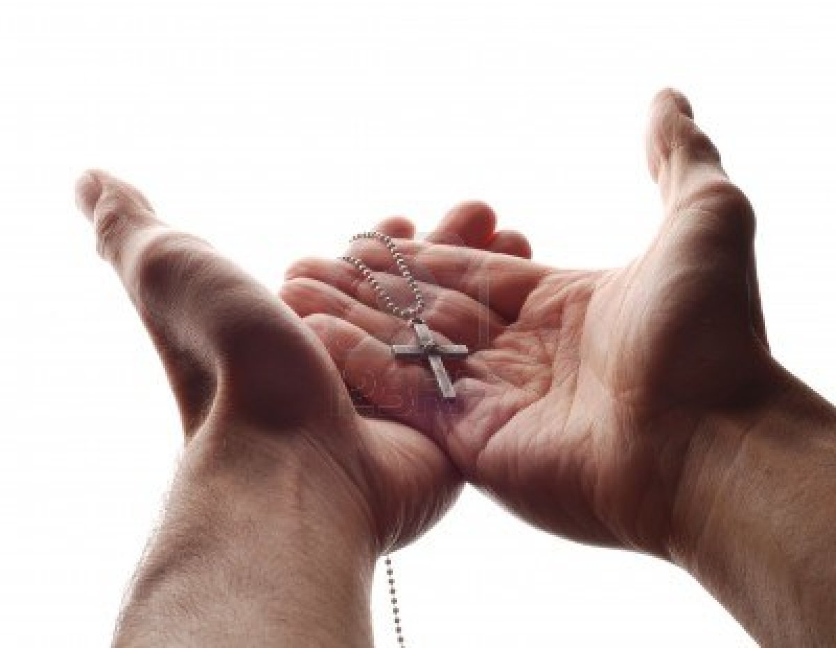 2774848-una-mano-tiene-la-croce-nella-sua-palma