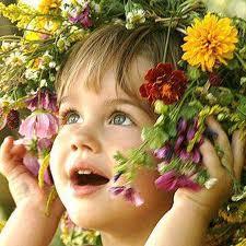 bimba con fiori in testa