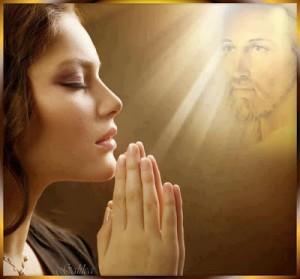 ragazza che prega con gesù