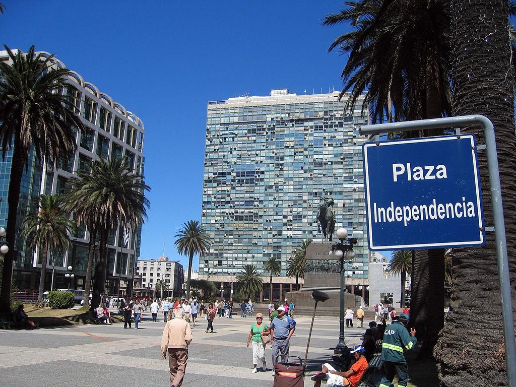 1024px-Montevideo_plaza_independencia