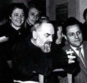 preghiera Cleonice alle spalle di Padre Pio