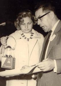 Moshe Bejski con Fredka Mazia durante la cerimonia inaugurale della Shoa nel 1965