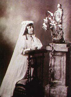 Santa-Teresa-de-los-Andes-first-Communion1
