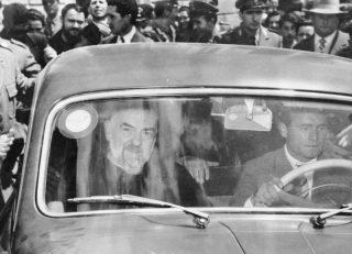 auto - Ricciardi-accompagna-padre-Pio-il-23-maggio-1954-a-votare-x-amministrative
