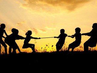 Bambini-che-giocano-al-tiro-alla-fune