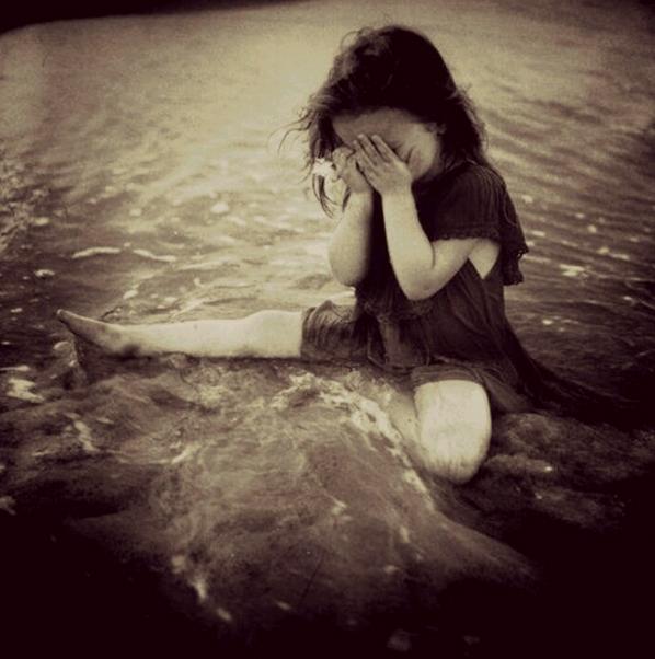 bambina piange