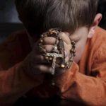 bambino prega rosario
