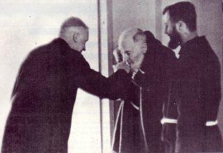 bacio (monsignor_Lefevbre_pasqua_1968_a_san_Giovanni_Rotondo)