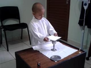 """Rafael Freitas è un bambino brasiliano di tre anni che ama """"celebrare"""" quotidianamente la Santa Messa e che un giorno vorrebbe diventare, Papa. Purtroppo però è affetto da un grave tumore. Già all'età di 1 anno cercava di imitare il sacerdote."""