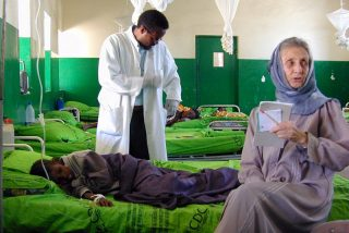 Somalia - Borama, Annalena Tonelli vicino ad un paziente