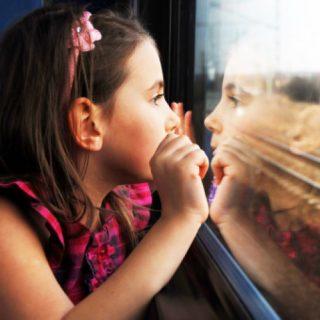 bambina sul treno